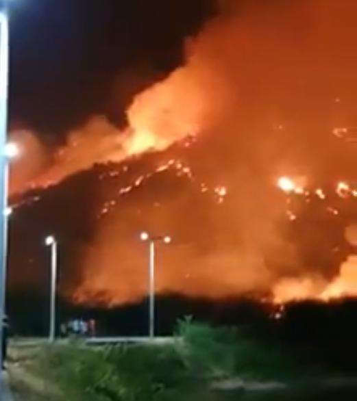 Bombeiros combatem incêndio de grandes proporções em serra de Itapipoca