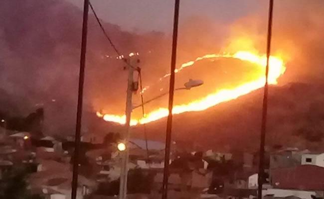 Incêndio em serra de Itapajé se aproxima de residências e preocupa moradores