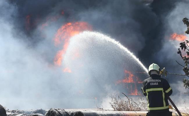 Incêndio atinge canos em terreno no Porto das Dunas e gera grande nuvem de fumaça