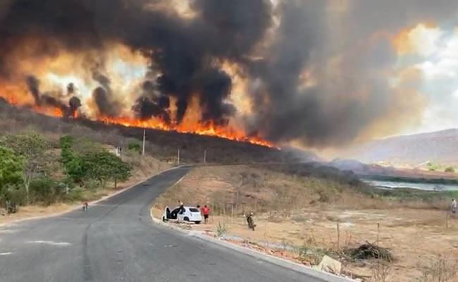 Incêndio atinge mata e se aproxima de residências na Serra do Estevão, em Quixadá