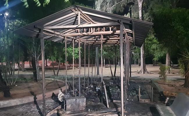 Ecoponto fica completamente destruído após incêndio no bairro São Gerardo