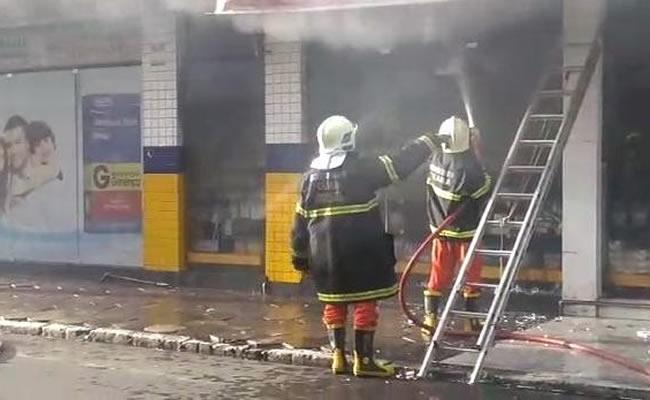 Incêndio atinge farmácia que funciona há 50 anos no Centro do Crato; parte do forro caiu