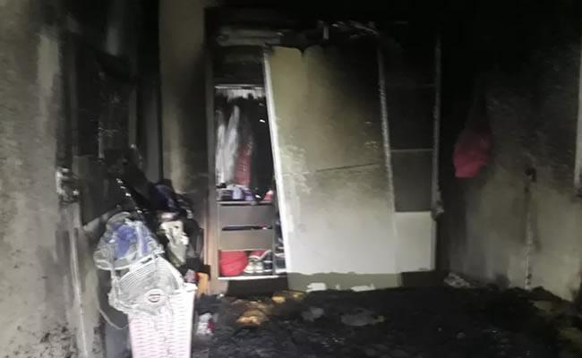 Incêndio atinge residência e deixa imóvel destruído na Praia de Iracema, em Fortaleza; fotos